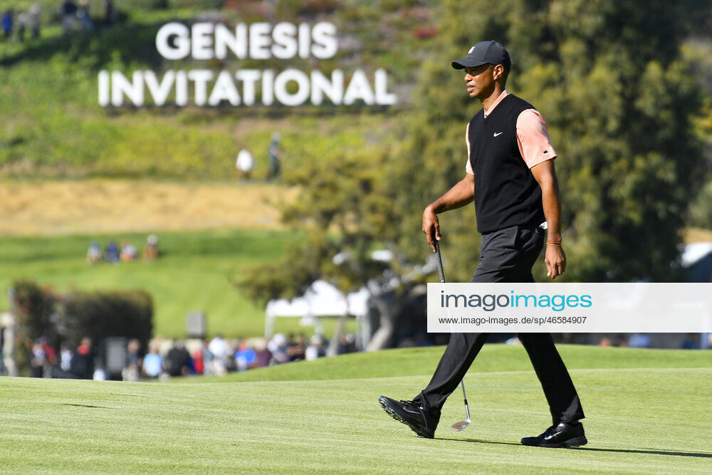 pacific palisades ca february 13 tiger woods walks in from the of the genesis invitational sign during the fir  | Sportfoto bei imago images lizenzieren